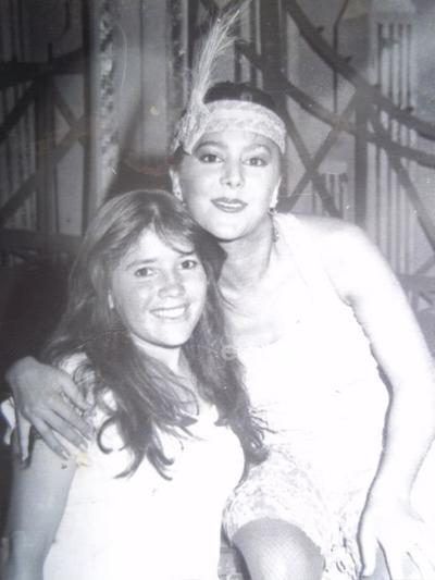 Estrellita Atilano en compañía de Alejandra Guzmán en 1986 en su visita a Torreón acompañando como bailarina a su mamá, Silvia Pinal, en la obra Mame.