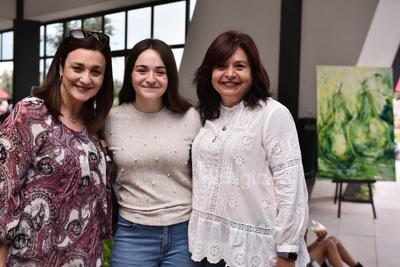 Hannya Romo, Ángela Mendoza y Larisa de Mendoza.