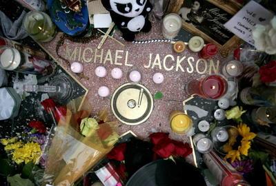 Galardonado con 15 premios Grammy, junto con los premios especiales de la Grammy Legend y Grammy Lifetime, 26 American Music Awards, 16 World Music Awards, el genio de Indiana (EE.UU.) sigue siendo considerado una de las grandes figuras de la historia de la música universal, con 350 millones de discos vendidos en todo el mundo.