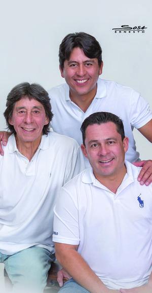 23062019 José Roberto Ríos Castro con sus hijos, Roberto y Rafael Ríos Romero.- Sosa Fotografía