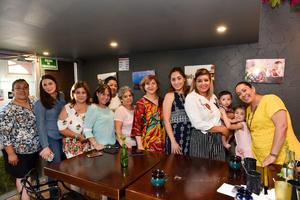 23062019 CELEBRA SU CUMPLEAñOS.  Silvia con algunas de las invitadas a su festejo.