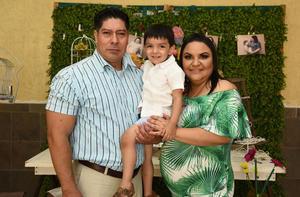 24062019 EN FAMILIA.  María Alma Arguijo Gamiochipi con su esposo, Jesús Serrano Ramos, y su hijo, Jesús, en el baby shower que le organizaron con motivo del próximo nacimiento de Alicia.