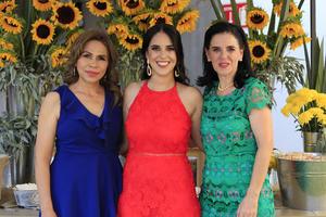 25062019 SE DESPIDE DE LA SOLTERíA.  Andrea acompañada de Yolanda y Adelina.