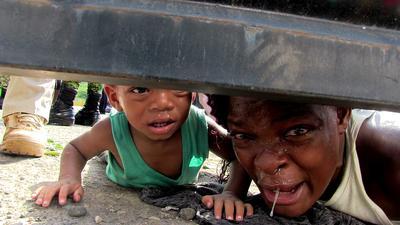 ¡Ayúdame!, ¡ayúdame con mi hijo, está enfermo, está enfermo!, suplicaba una mujer migrante originaria de Haití desde el centro de detención habilitado por el Instituto Nacional de Migración (INM) en las instalaciones de la Feria Mesoamericana, en la ciudad de Tapachula.