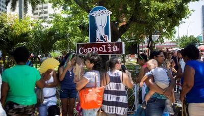 Miles han madrugado y esperado hasta tres horas para entrar a Coppelia, la 'Catedral del Helado' de La Habana.