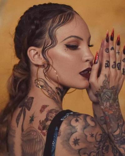 Belinda sorprende con su cuerpo cubierto de tatuajes en sesión