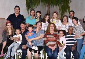 27062019 MUCHAS FELICIDADES.  Karime Basurto acompañada de sus familiares en su festejo de cumpleaños.