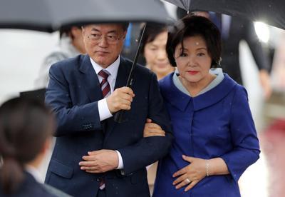 El presidente surcoreano, Moon Jae-in, y su esposa Kim Jung-sook, a su llegada a Osaka.