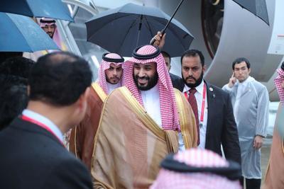 El príncipe heredero saudí, Mohamed bin Salman (c), saluda a su llegada a Osaka.