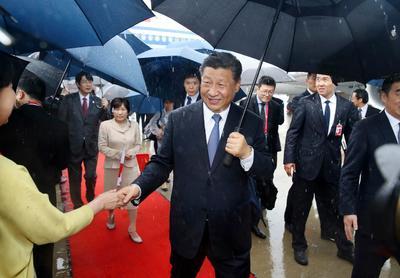 El presidente chino, Xi Jinping, llegando al aeropuerto internacional Kansai, en Izumisano.