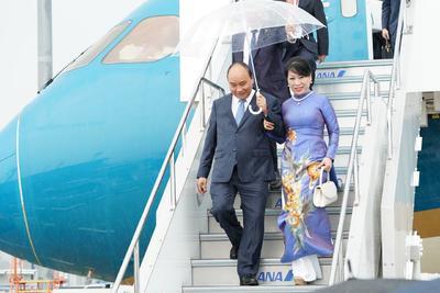 El primer ministro vietnamita Nguyen Xuan Phuc (c) y su esposa Tran Thi Nguyet Thu.