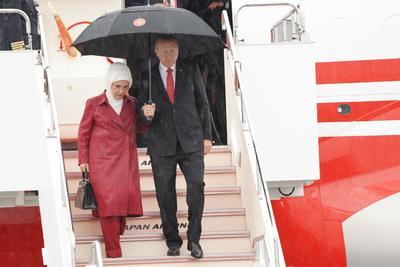 El presidente turco, Recep Tayyip Erdogan (c-dcha), y su esposa Emine (c-izq), llegan a Osaka.
