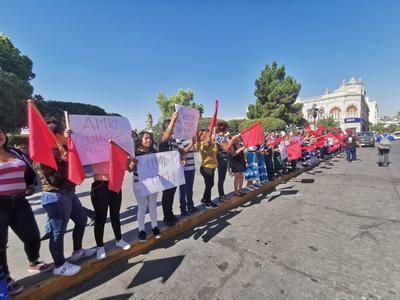 Durante la protesta se mostraron pancartas en las que destacaron el incumplimiento del presidente para la entrega de becas.