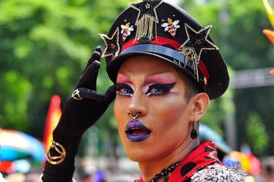 """Los """"TTT"""", travestís, transexuales y transgénero, llenan de brillo la caminata."""