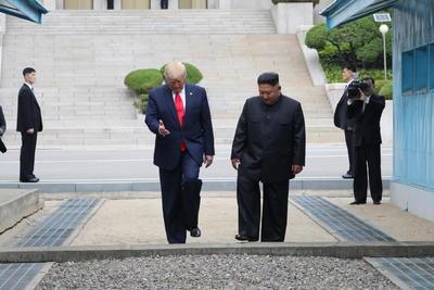 Ambos mandatarios caminaron hacia suelo norcoreano y Trump se convirtió en el primer líder estadounidense en pisar Corea del Norte.