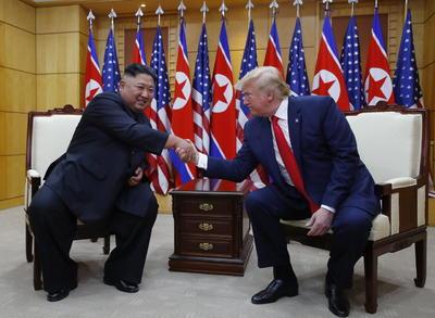 Ambos mandatarios posaron para los fotógrafos y otros medios de prensa.
