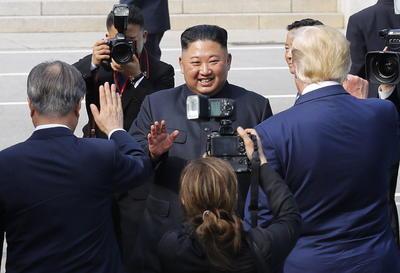 El presidente de Corea del Sur, Moon Jae-in, elogió a los dos líderes por 'ser tan valientes' para celebrar la reunión.
