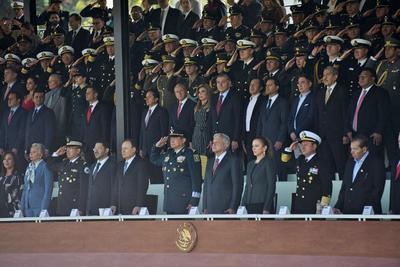 Estuvo acompañado de su esposa, la doctora Beatriz Gutiérrez; del pleno de su Gabinete, gobernadores y representantes de los titulares del Poder Judicial y Legislativo.