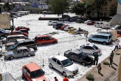 Víctor Hugo Roldán, director General de la Unidad Estatal de Protección Civil y Bomberos Jalisco (UEPCBJ), comentó que hasta el momento no se reportan personas lesionadas, aunque continúan revisando los reportes de los municipios.