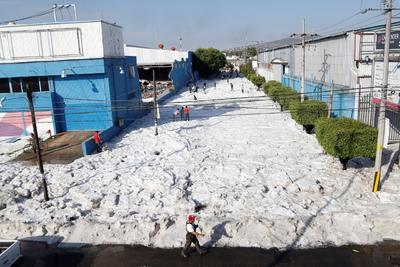 Importantes vialidades de la ciudad se encuentran cerradas en ambos sentidos de circulación por la acumulación de hielo, por lo que personal de Protección Civil y Bomberos se encuentra en el punto en labores de apoyo.