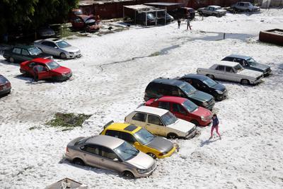 Autoridades estatales y municipales de Jalisco trabajan para atender la acumulación de granizo en casas y vialidades, luego de la granizada histórica de esta madrugada que reportó 1.5 metros de hielo en las avenidas principales de la zona metropolitana de Guadalajara.