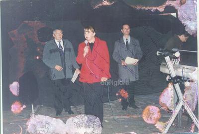 Presentación de villancicos navideños Sec. Federal No. 8 en el 2004. Prof. Eunice, Carlos y Armando.