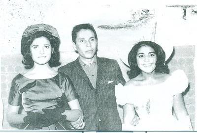 Martha Guadalupe Luna Castillo celebrando su XV aniversario en 1963. Con Lacho Hernández Luna.