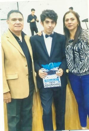 30062019 GRADUADO.  Miguel Ángel Chavero y Rocío Gómez en la graduación de secundaria de Santiago.