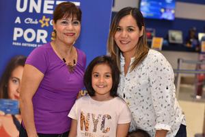 30062019 BINGO A BENEFICIO.  Luis Jorge Cuerda acompañado de los niños de la Casa del Niño.