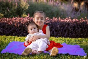 30062019 LINDA POSTAL.  Los hermanitos Allison Victoria y José Francisco. Fotografía de Samuel Rivera.