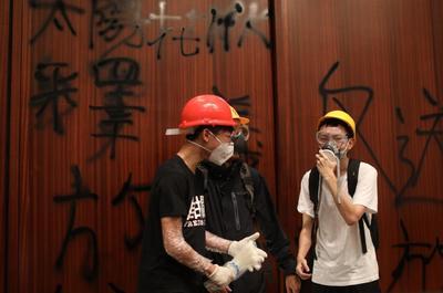 Muchos de los manifestantes descargaban su ira rompiendo el mobiliario y haciendo pintadas.