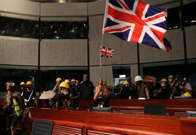 La irrupción se produjo tras la multitudinaria manifestación de hoy, día en el que se conmemoraba el vigésimo segundo aniversario del traspaso a China de la soberanía sobre Hong Kong por parte del Reino Unido.