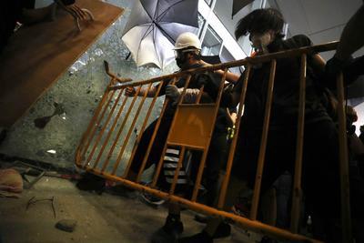 Los asaltantes, ataviados con cascos y máscaras antigas, destrozaron varias de las entradas del complejo.