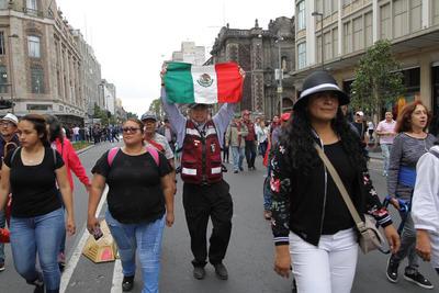 Acompañada de un gran grupo, Gloria Nereyda Vázquez, integrante de la asociación civil Manos Morenas, acude también esta tarde al Zócalo capitalino.