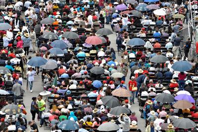 En este contexto, policías preventivos y de tránsito resguardan las inmediaciones del Zócalo capitalino para garantizar la seguridad de quienes asisten al festejo.