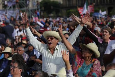 Miles de mexicanos festejan aniversario de triunfo electoral de AMLO