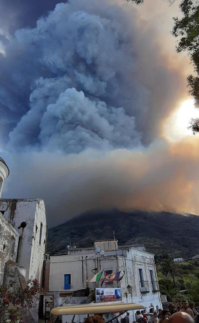 La erupción ha provocado una enorme columna de denso humo blanco visible desde los alrededores de la isla.