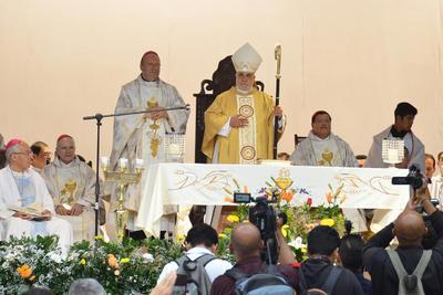 Los 25 obispos que visitaron la región, desfilaron detrás del nuevo obispo; el nuncio apostólico, Franco Coppola; el cardenal emérito, Norberto Rivera y Carlos Aguiar Reyes, cardenal primado de México.