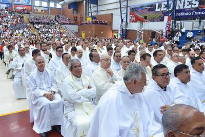 Monseñor mostró la carta firmada por el Papa Francisco donde el jerarca de la Iglesia Católica destacó la trayectoria del nuevo obispo como una de las razones de la elección para dirigir la Diócesis de Gómez Palacio.