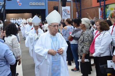 Luego los 52 sacerdotes de la Diócesis de Gómez Palacio y cuatro más que prestan sus servicios, así como las religiosas y ediles rindieron respeto y obediencia monseñor.