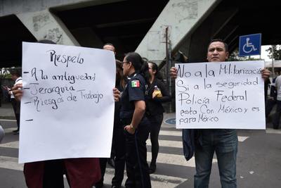 Uno de los inconformes, Alberto García Salgado, dijo a Efe que no es suficiente el dinero que se les ofrece por la Guardia Nacional a cambio de dejar de lado a sus familias por tener que trasladarse a realizar operativos.
