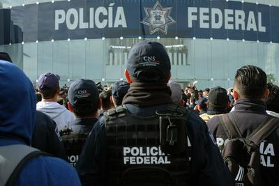 Los policías en protesta reclaman que, de tener que incorporarse a la Guardia -compuesta por militares, policías y marinos- podría desaparecer un bono mensual del que gozan los agentes.