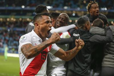 Perú echa al bicampeón Chile