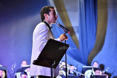 Ante partituras y atril, envuelto en traje de gala, el director Édgar Alan Flores, pidió un aplauso para los músicos presentes.