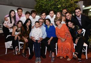 04072019 UNA VIDA JUNTOS.  Héctor Valdés Romo y Conchita Gutiérrez celebraron 54 años de feliz matrimonio. En la imagen, los acompañan sus hijos y nietos.