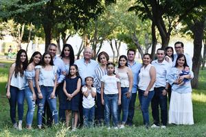 04072019 FESTEJAN EN FAMILIA.  Manuel y Mary Carmen con sus hijos y nietos en la celebración por sus 45 años de casados.