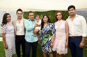 Gerardo con sus papás, Wendy Madrid y Gerardo Enríquez, sus padrinos, Andrea Enríquez y Michael Madrid, y sus abuelos, Jesús e Irma Madrid