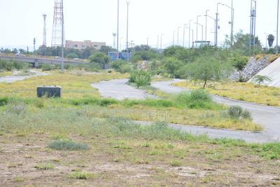 En el olvido. Las instalaciones del Metroparque Nazas lucen deterioradas; en algunas partes el pasto es demasiado alto, en otras se nota su falta de riego.