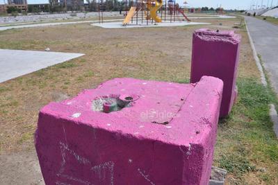 Bebederos destruidos. Además de vandalizados los espacios designados para la hidratación de los asistentes a este parque lineal se encuentran fuera de condiciones para poder ser utilizados, pues ni siquiera cuentan con flujo del vital líquido y en ocasiones sin la respectiva llave.