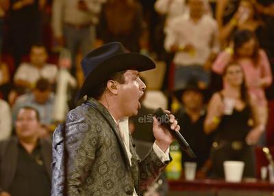 El ambiente era de fiesta y él lo sabía, quería que la gente de Gómez Palacio la pasara bien; repetía que complacería al público y así fue.